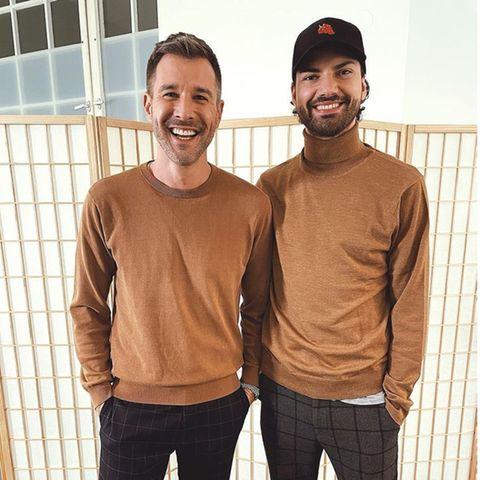 Zwar sind Jochen Schropp und Jimi Blue Ochsenknecht kein Liebespärchen, teilen aber definitiv den gleichen Modegeschmack. Dass die Farbe des Pullovers und die karierte Hose dann doch so ähnlich ausfallen würden, sorgt auch bei den beiden für Erheiterung.