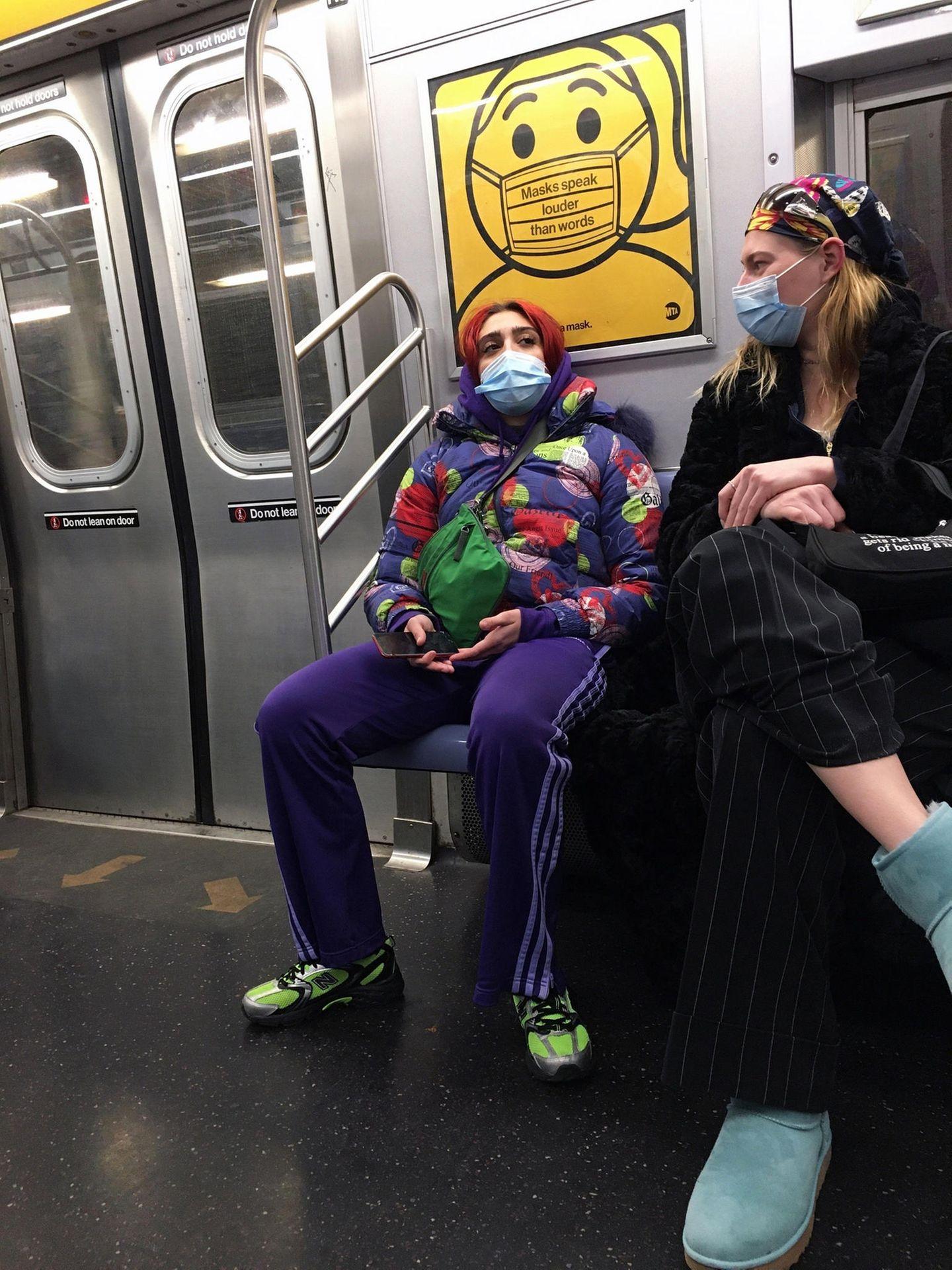 Lässig Bahn fahren kann Madonnas Tochter Lourdesziemlich gut. Auffällig farbenfroh gestylt kann sie es sich in der derzeit nicht ständig überfüllten New York U-Bahn richtig bequem machen. Und mit der Maske erkennen sie ohnehin nur die ganz aufmerksamen Paparazzi.