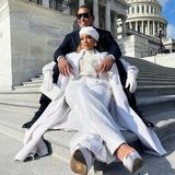 Natürlich ist auch ihr Verlobter Alex Rodriguez dabei, um seiner Liebsten zuzuhören. Gemeinsam posieren die beiden auf den Treppen vor dem Kapitol.