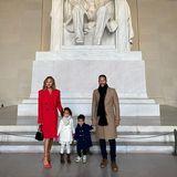 Chrissy Teigen und John Legend sind mit ihren Kindern Luna und Miles angereist. Das Model setzt auf einen knallroten Mantel mit doppelreihiger Knopfleiste und farblich abgestimmte Riemchen-Heels, rundet den Look mit knallroten Lippen ab. Der Rest der Familie trägt ebenfalls schicke Mäntel in Weiß, Blau und Beige
