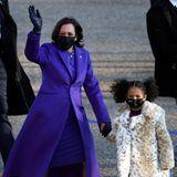 """Kamala Harris hat eine stylische Begleitung an der Hand. Ihre Großnichte Amara trägt einen Fake-Fur-Mantel mit Animal-Print. Die Geschichte dahinter ist rührend: Ein Foto aus Kindertagen zeigt Kamala in einem ähnlichen Modell, """"sie wollen aussehen wie Tantchen"""", schreibt deren Mama stolz dazu auf Instagram."""