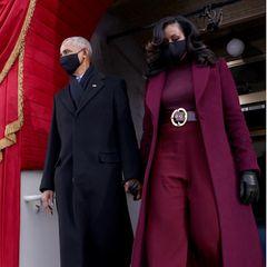Der Auftritt der Obamas: Michelle Obama zieht in einerdunkelroten Kombi von Jungdesigner Sergio Hudson alle Blicke auf sich.