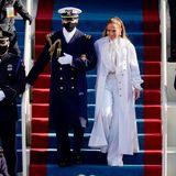 Jennifer Lopez begeistert nicht nur mit ihrer Performance, sondern auch mit ihrem komplett weißen Chanel-Look bestehend aus Marlenehose, Schluppenbluse und langem Mantel.