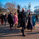 Familie Biden hat sich in Schale geworfen, Natalie Biden, die Tochter seines verstorbenen Sohnes Beau, begeistert in einem rosafarbenen Ensemble und braunen Wildlederstiefeln.