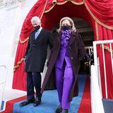 Auch Hillary Clinton wählt Lila. Über demeleganten Hosenanzug trägt die Frau von Ex-Präsident Bill Clintoneinen pflaumenfarbenenMantel.