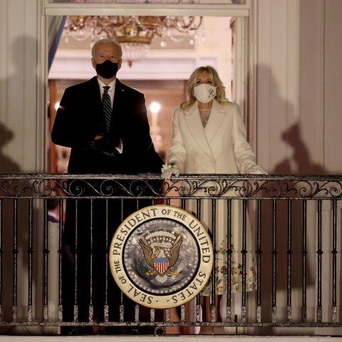 """Beim Einzug in das weiße Haus fällt ein ganz besonderes Detail an Jill Bidens Look auf: ihr Blumenarmreif. Laut """"Vogue"""" sollen einige First Ladies vor ihr ebenfalls Blumenarmreifen getragen haben, unter anderemMamie Eisenhower und Betty Ford. Ein tolles Statement!"""
