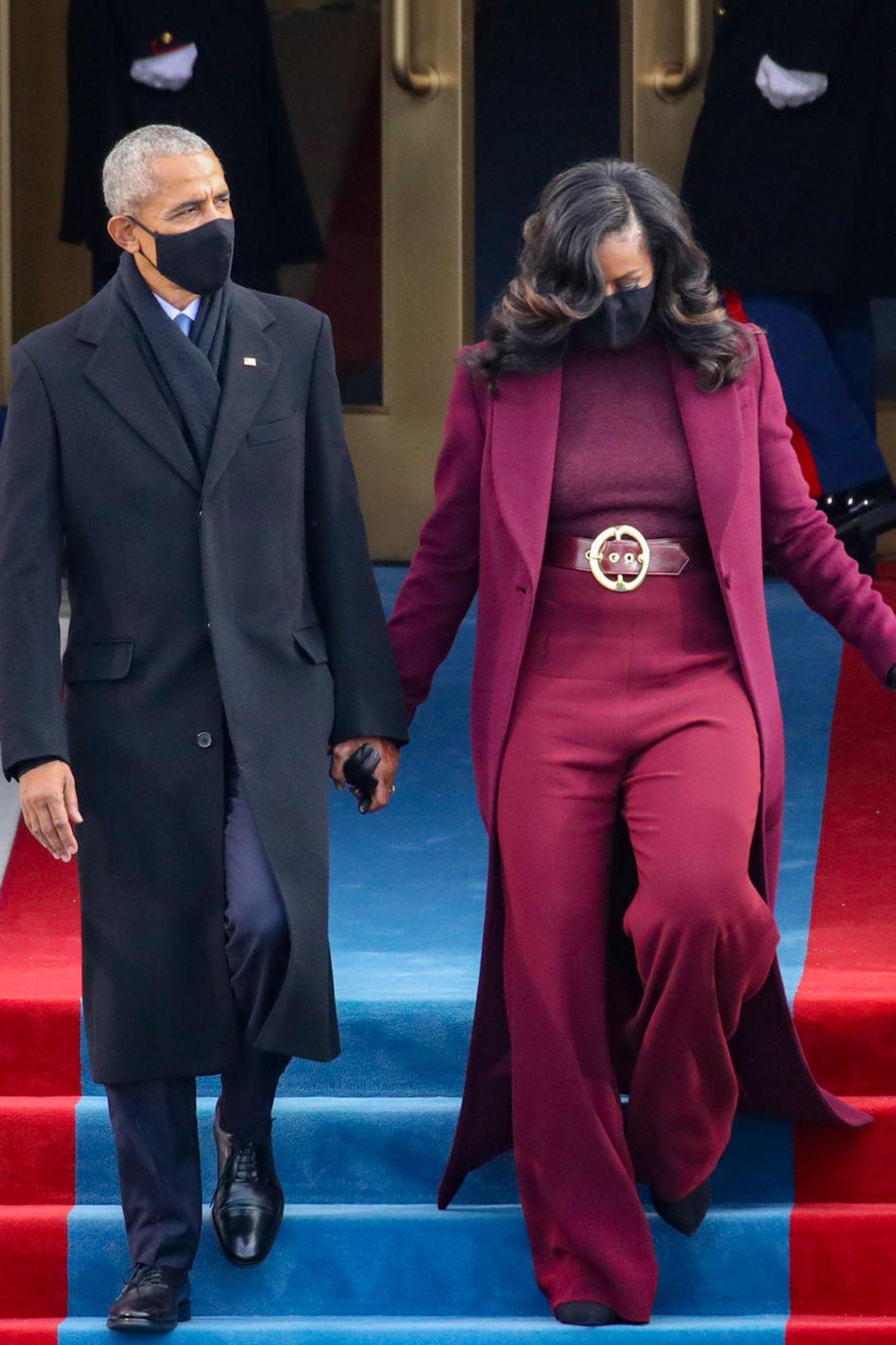 Dieser Look von Michelle Obama lässt uns sprachlos werden:Sie trägt bei der Amtseinführung von Joe Biden als US-Präsident eine atemberaubende weinrote Kombination aus Rollkragenshirt, weiter Palazzohose, Maxi-Mantel und auffälligem Gürtel des US-amerikanischen Designers Sergio Hudson.