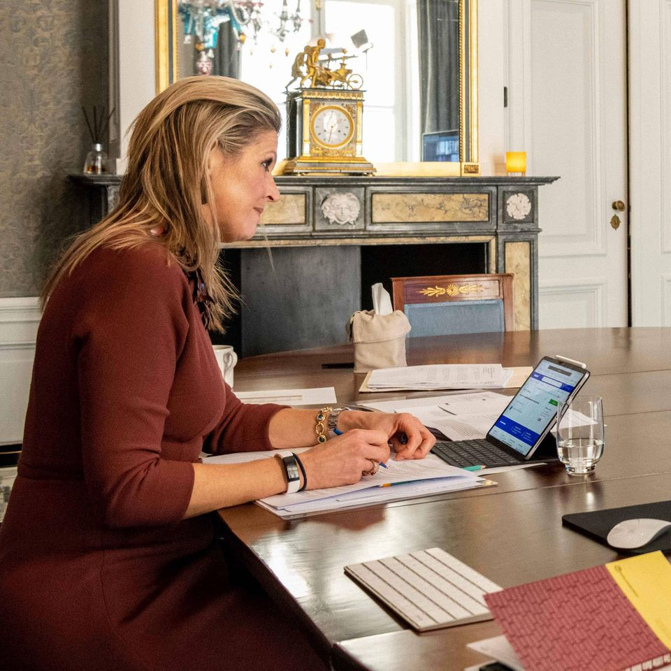 Königin Máxima am 21. Januar im Palast, vor sich hat sie ein Tablett stehen.