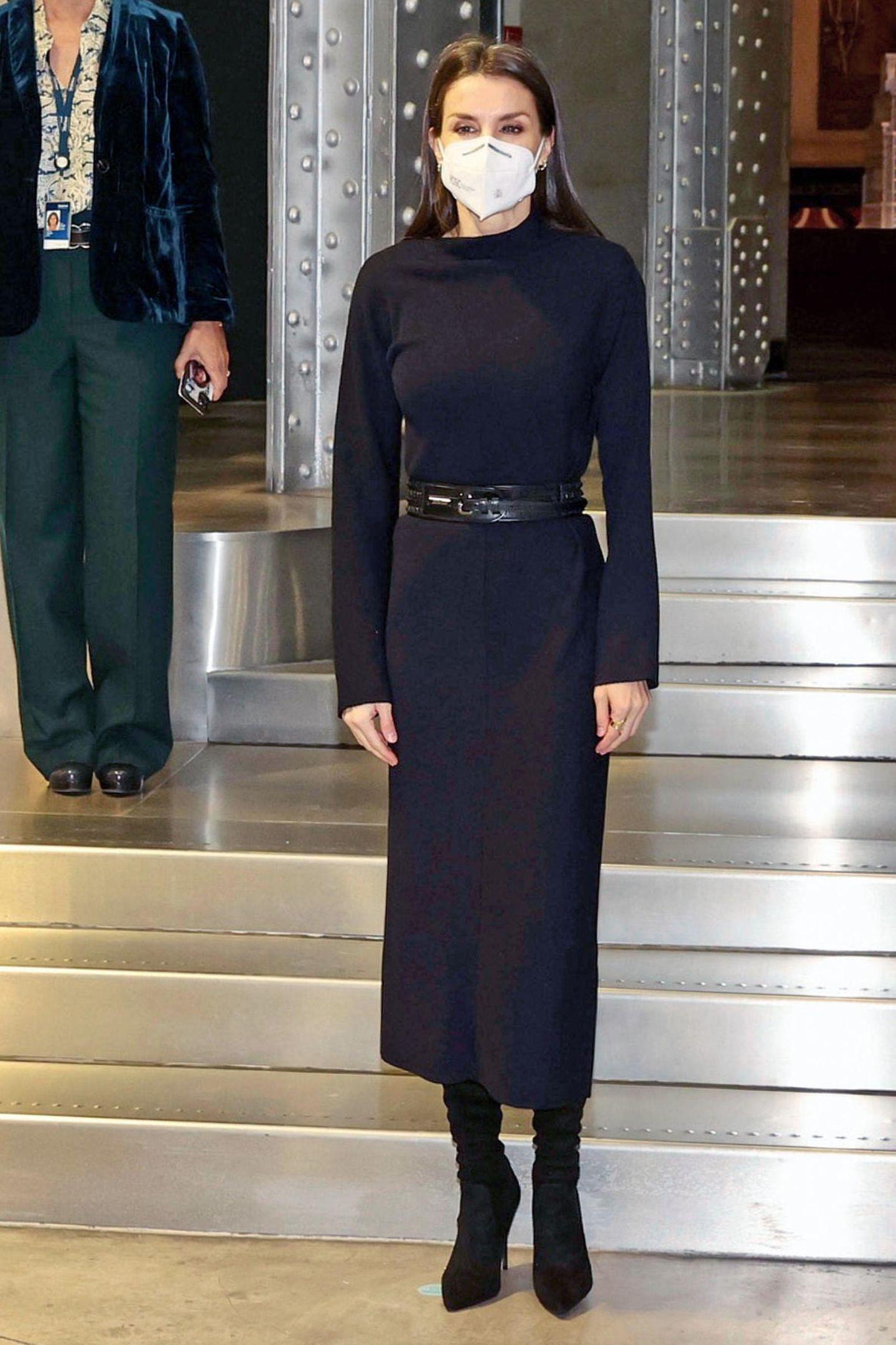 Es ist der zweite öffentliche Auftritt im neuen Jahr für Königin Letizia. Beim Arbeitstreffen mit dem Vorstand von Telefonica setzt die Monarchin auf ein Kleid von der Stange. In der Kombination mit einem schwarzen Taillengürtel, schwarzen Overknee-Stiefeln und dezentem Goldschmuck wirkt das Kleid von Cos wie ein teures Designerstück und zaubert Königin Letizia eine zauberhafte Silhouette. Bereits ein Jahr zuvor, im Februar 2020 setzte Letizia auf exakt den gleichen Look bei einer Preisverleihung, nur die Maske ist dieses Jahr dazugekommen.