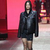 Auch mit dabei: Lorena. Das Model, das bereits für Victoria's Secret lief, wechselte vom roten Teppich direkt auf den Laufsteg, um dort den nächsten Fashion-Trend zu präsentieren.Netzstrumpfhosen zur Radler – für diesen Look braucht es auf jeden Fall eine Extraportion Mut.