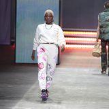 Nicht ihr erster Auftritt bei der diesjährigen Fashion Week, aber definitiv einer der coolsten: Nikeata Thompson rockte den Laufsteg von About You in einer fancy Print-Hose, Sneakern und chuncky Silberschmuck.