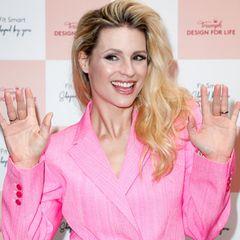 Die Haare noch immer hellblond, das Lächeln wie immer strahlend– die mittlerweile 44-Jährige scheint spurenlos zu altern, das beweist die Schweizerin bei einem weiteren Red-Carpet-Event über ein Jahrzehnt später.