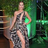 Sexy Toni Garrn: Für die International Music Awards in Berlin wählt das Model einen wirklich atemberaubenden Look. Das Print-Dress überlässt nicht viel der Phantasie, wartet dafür aber mit raffinierten Details wie Spitzeneinsätzen und Metallic-Gürtel auf.