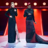Gleiche Veranstaltung, neuer Look! Toni Garrn bleibt dem Glamour-Look treu und wechselt das sexy Seidenkleid gegen eine Pailletten besetzte Robe mit XXL-Beinschlitz.