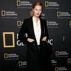 """Toni Garrn liebt einen coolen Auftritt! Zum Screening der Oscar-nominierten Dokumentation """"The Cave"""" in New York setzt das Model auf eine Jeans mit XXL-Nieten am bein, eine schlichte Bluse plus Blazer. Ein entspannter Look, der sich sehen lassen kann."""