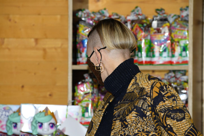 """Dass die Fürstin nicht nur wandelbar, sondern auch mutig ist, beweist Charlène mit diesem neuen Haarschnitt im Dezember 2020. Eine Seite ist zu einem rockigen Sidecut rasiert, der Rest gekürzt und leicht toupiert. """"Ich fand das schon immer schön und werde auch weiter verschiedene Haarschnitte ausprobieren. Das ist meine Entscheidung"""", sagt die Frau von Fürst Albert in einem Interview Anfang 2021. Recht hat sie, wir sind gespannt, was folgt!"""