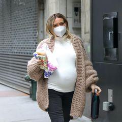 """Das Babybäuchlein von Hilary Duff ist nicht zu übersehen: Im gemütlichen Look aus Jeans, Shirt und Cardigan macht sie noch dasSet vom Film""""Younger"""" in Manhattan unsicher."""