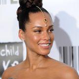 Das einzige Indiz, dass dieses Foto von Alicia Keys nicht aktuell sein kann, ist ihr Make-up. Denn dem hat die Sängerin mittlerweile fast gänzlich abgeschworen. Das Foto entstand 2010 in New York – zu dem Zeitpunkt war die Sängerin hochschwanger. Allerdings hat sie sich gefühlt kaum verändert.