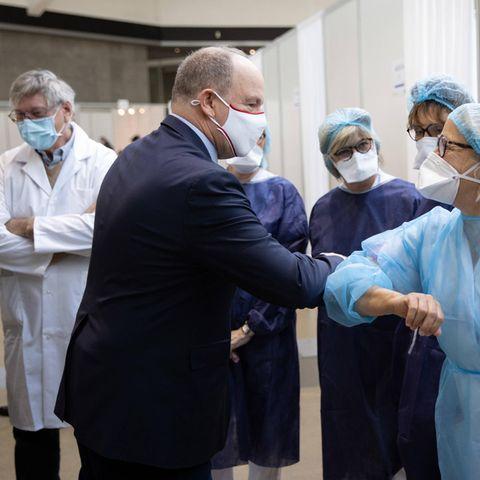 25. Januar 2021  Die Arbeit geht vor: Fürst Albert besucht das Covid-19-Impfzentrum, das im Grimaldi-Forum von Monaco eingerichtet wurde, um sich dort mit dem medizinischen Personal auszutauschen. Und das ausgerechnet am 43. Geburtstag seiner Frau Fürstin Charlène. Gefeiert wird der Familie aber sicherlich später auch noch.