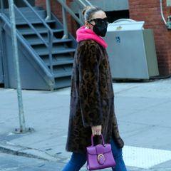 Olivia Palermo hat's drauf!Egal ob Muster-, Material- oder Farbmix: Wenneine Fashionista die Kombination aus Jeans, Lack-Stiefeletten und Fake-Fur-Mantel gepaart mitNeon-Farben beherrscht, dann sie. Dutt, Sonnenbrille und Maske runden den Look perfekt ab.