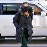 Zugegeben: Auf den ersten Blick hätten wir sie nicht erkannt: Sarah Jessica Parker weiß, wie sie sich inkognito in den Straßen New Yorks bewegen kann. Mit einem warmen Parker-Mantel und einer Jogginghose setzt sie mehr auf den Kuschel- statt Glamfaktor. Dafür hauen es die Absatz-Stiefeletten mit Nieten-Applikationen wieder raus, oder?