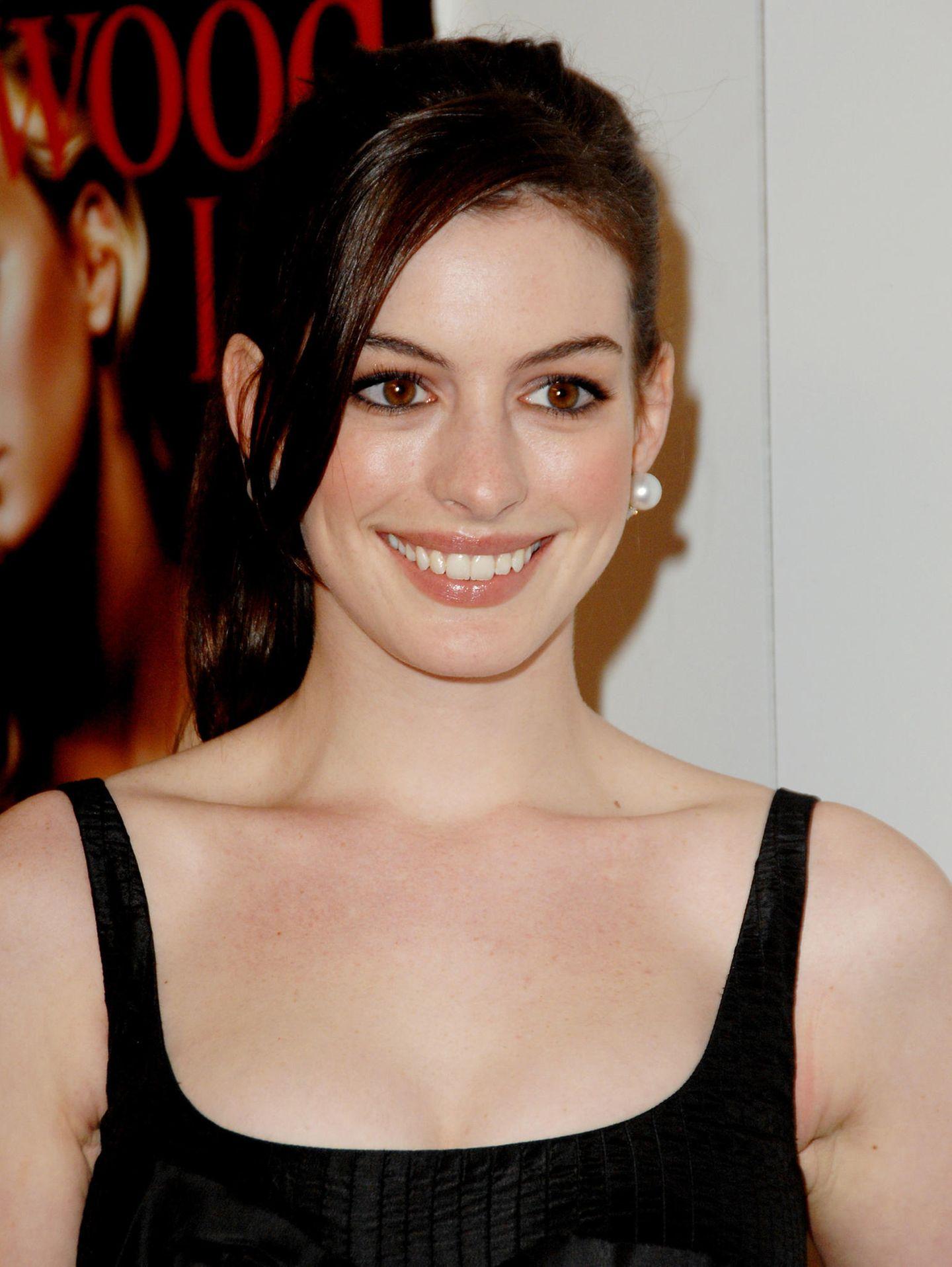 """Süß und unschuldig sah Schauspielerin Anne Hathaway 2006 in ihrer Rolle bei """"Der Teufel trägt Prada"""" aus. Genau so haben wir sie noch heute in Erinnerung. Wobei... Ein Detailhat sich tatsächlich sehr verändert."""