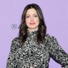 Wenn man genauer hinsieht, sieht die Nase von Anne Hathaway heute deutlich schmaler und kleiner aus als noch 2006. Öffentlich hat sie sich zwar nie dazu geäußert, aber die Bilder sprechen Bände. So oder so – das Ergebnis sieht super natürlich aus. So natürlich, dass man es nur im direkten Vorher-Nachher-Vergleich erkennt.