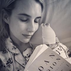 """Keine zwei Monate ist Baby Rhodes alt, doch wenn Mama Emma Robert """"Let Me Tell You What I Mean"""" deramerikanischen Autorin Joan Didion liest, möchte der kleine Mann natürlich unbedingt dabei sein."""