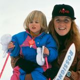 31. Januar 1991  In Klosters in der Schweiz stand Prinzessin Beatrice schon ganz früh auf Skiern. Und Mama Sarah Ferguson hat gut aufgepasst, dass ihr dabei nichts passiert.