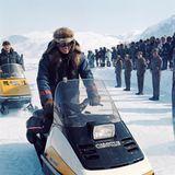 1. April 1975  Erkennen Sie diesen royalen Winterfan? Das ist Prinz Charles auf einem Schneemobil während einesBesuchs in Kanada.