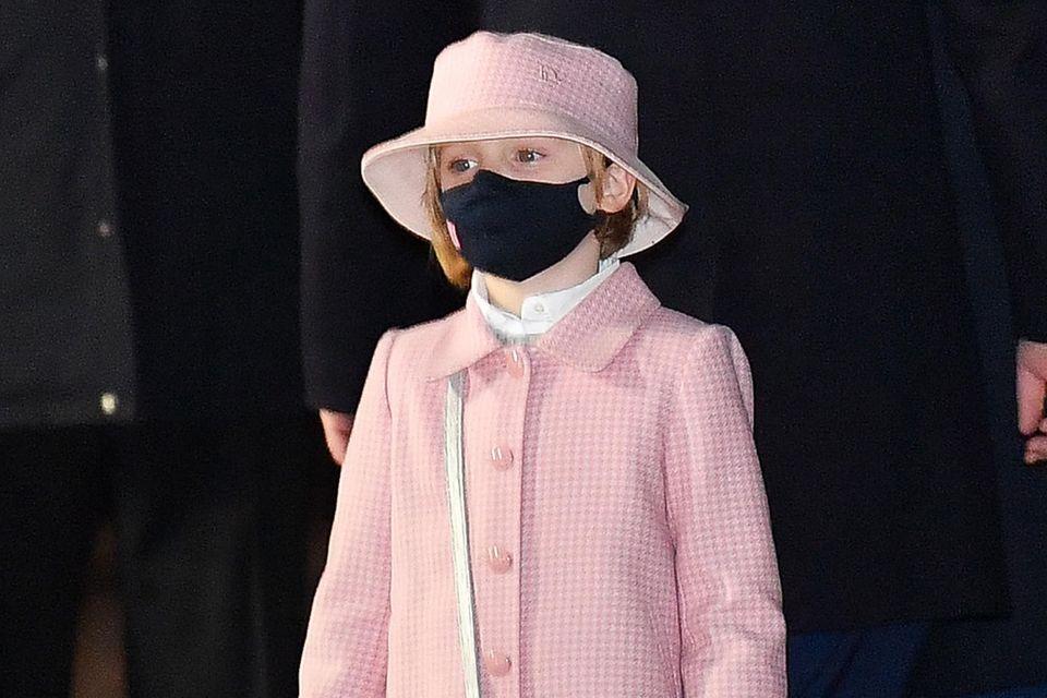 """Zu den Feierlichkeiten am Tag von """"Sainte Dévote"""", dem Schutzpatron der Monegassen, hat sich Prinzessin Gabriella, die Tochter von Fürst Albert und Fürstin Charlène,schick gemacht - und wie! Sie ist von Kopf bis Fuß in Dior gekleidet und hat sogar eine kleine """"Lady Dior"""" Handtasche um. Das niedliche Set aus Kaschmir und Wolle besteht aus einem Hosenrock und einem Mäntelchen, beides ist im gleichen rosafarbenen Hahnentritt-Muster gehalten. Der Fischerhut ist perfekt abgestimmt. Ähnliche Outfits aus der aktuellen Kollektion des französischen Modehauses kosten über 2.000 Euro - ohne die 3.000-Euro-Handtasche miteinzurechnen!"""