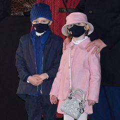 Auch ihr Zwillingsbruder Jacques zeigt sich in einem schicken blauen Dior-Look inklusive coolerSneaker mit dem ikonischen Dior-Print. Beide tragen dunkle Masken mit der Flagge Monacos - schließlich sind auch sie schon Vorbilder. Der Haken: In Sachen Mode können ihnen wahrscheinlich nicht so viele Sechsjährige nacheifern.