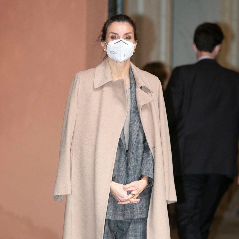 Bei diesem Termin in Madrid ging es um Frauen und Ingenieurwesen – kein Wunder, dass auch Königin Letizia mit einem echten Businesslook auftrumpft: Sie trägt einen dezent karierten Oversize-Anzug, über die Schultern hat sie einen puderbeigefarbenen Mantel geworfen.