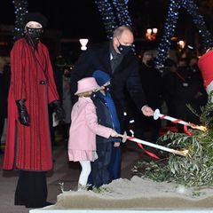 Die monegassische Prinzenfamilie legt dabei selbst Hand an und entzündet das Feuer.