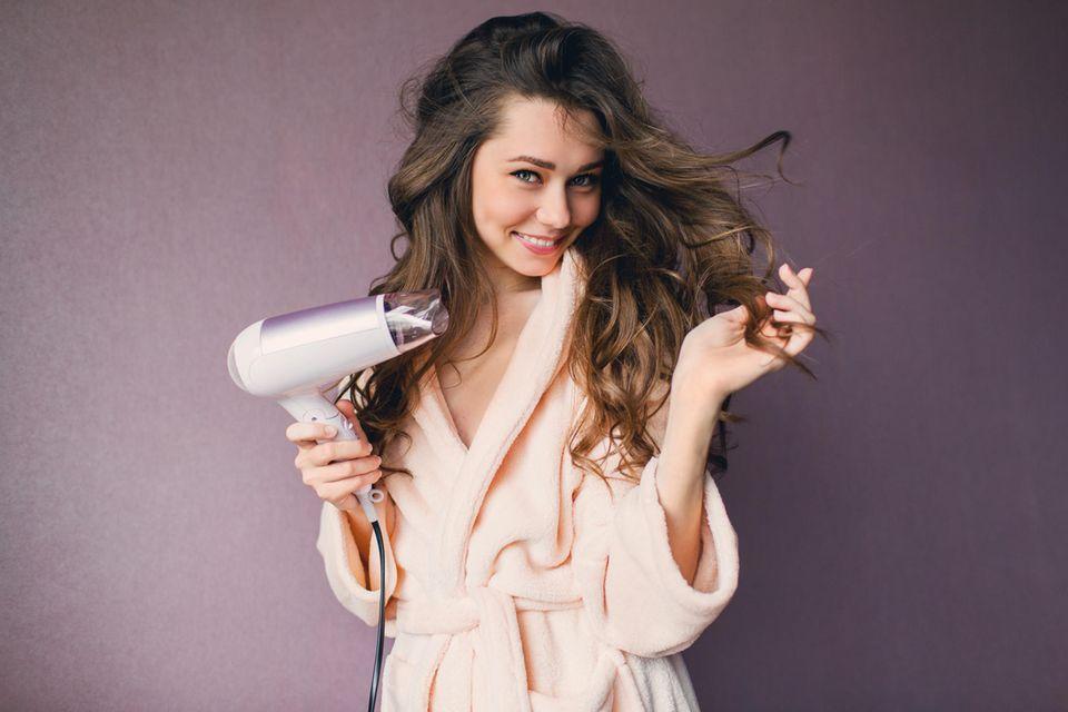 Haartrockner, Föhn, glückliche Frau, Frau föhnt ihre Haare