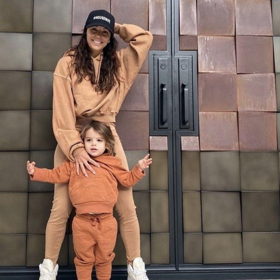 """Auch Eva Longoria verbringt ihre Tage aktuell vermehrt in bequemer Jogginghose und Sweatshirt, anstatt im glamourösen Red-Carpet-Look. In ihrem neusten Instagrampost zeigt sich die Schauspielerin mit ihrem zuckersüßen Sohn, bei dem der Jogger-Trend natürlich auch schon längst angekommen ist. Auch ihre Follower sind begeistert von dem lässigen Partnerlook der beiden. Selbst die immer top gestylte Designerin Victoria Beckham schwärmt in den Kommentaren: """"Ihr seht großartig aus!"""""""