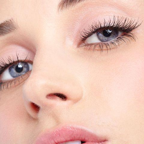Wimpernlifting: Porträt von einer Frau mit langen Wimpern