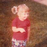 Ob die kleine Geri Halliwell hier schon den Traum hegte, einmal in einer Girl-Band zu singen? Die süßen Zöpfchen, der gerade Pony und die Blumen-Hose sind auf jeden Fall schon bühnentauglich.