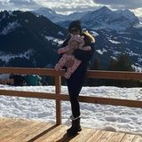 """Familie Ecclestone scheint dem Coronavirus davon fliegen zu wollen. Mit diesem Schnappschuss grüßen Tamara Ecclestone und Baby Serena kurz vor Weihnachten aus ihrem """"zweiten Zuhause"""" Gstaad. Übrigens: Papa Bernie besitzt hier sogar einen eigenen Berg..."""
