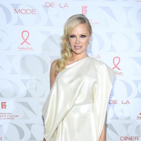 Pamela Anderson im weißen Kleid