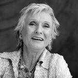 """27. Januar 2021:Cloris Leachman (94 Jahre)  Die mit einem Oscar und neun Emmy-Trophäen ausgezeichnete amerikanische Schauspielerin Cloris Leachman ist tot. Sie starb eines natürlichen Todes im kalifornischen Encinitas. Die vielseitige Darstellerin war in Serien wie """"Lassie"""" oder """"Rauchende Colts"""" zu sehen.Für ihre Rolle in """"Die letzte Vorstellung"""" wird sie 1972 mit demOscar als beste Nebendarstellerin ausgezeichnet. Danach stand Cloris Leachman bis ins hohe Alter vor der Kamera."""