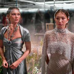 Kate Moss zählt schon lange zum engen Freundeskreis des britischen Designers. Lila Moss gab erst letztes Jahr ihr Laufsteg-Debüt - klar, dass das Mutter-Tochter-Duo gerne dabei ist.