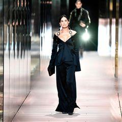 Demi Moore wird eine große Ehre zuteil, sie darf die Show von Fendi eröffnen. Die Schauspielerin begeistert in einem tief ausgeschnittenen Off-Shoulder-Ensemble und mit großen Ohrringen.