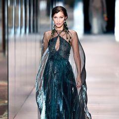 Bella Hadid scheint aus den USA angereist zu sein. Dass sie normalerweise bei keiner großen Fashion Week fehlen darf, ist klar - in Zeiten der Pandemie ist ihr Auftritt bei Fendi jedoch etwas überraschend.