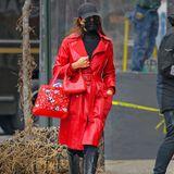 Als Lady in Red spaziert Irina Shayk durch die Straßen New Yorks. Und sie hat bei diesem Hingucker-Mantel des Labels Coach für 1.700 Euroalles richtig gemacht, in dem sie den Rest des Looks schlicht gehalten hat. Dafür aber nicht weniger kostspielig: Die Schuhe stammen von dem Label Magda Burtrym und sind für ca. 1.000 Euro erhältlich, die Tasche von By Far gibt es für 470 Euro, das Kleid von Macy Dress Bone für 260 Euro, die Sonnenbrille von Linda Farrow für 205 Euro. Ein Schnäppchen ist dagegen die Kappe des Models, die gibt es für umgerechnet rund 20 Euro. Insgesamt kommen wir also bei Irinas Hingucker-Look auf 3.655 Euro.