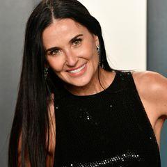 """Bei der """"Vanity Fair"""" Oscars-Party im Januar 2020 zeigt sich Demi Moore zwar schon mit etwas steiferem Lächeln aber dennoch wunderschön: Das lange dunkle Haar fällt ihr glatt über die Schultern, die Augen strahlen."""