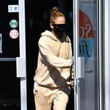 Na, das ist doch ...? Richtig, Jennifer Lopez, Queen der Jogginganzüge. Selbst im beigefarbenen Einheitslook mit derben Boots versprüht sie Glamour.