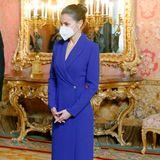 Was für ein Anblick: Beim Empfang des Diplomatischen Korps in Spanien im Königspalast zeigt sich Letizia in einem edlen Longdress mit Blazer-Details am Dekolleté des spanischen DesignersAlejandro de Miguel. Das Kleid in Royalblau zaubert der 1,70 Meter großen spanischen Königin eine wunderbare Silhouette und beweist: Für ein bodenlanges Kleid benötigt es nicht zwingend eine Modelgröße von 1,80 Meter. Die Haare trägt die Frau von König Felipe zu einem edlen Dutt.