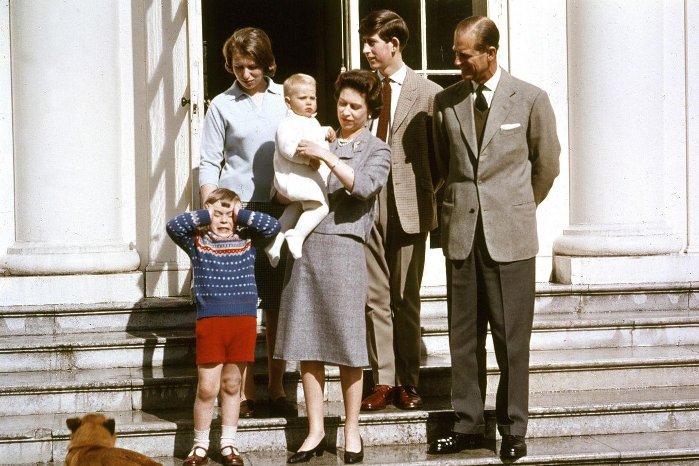 Prinz Andrew, Prinzessin Anne, Königin Elizabeth mit Prinz Edward auf dem Arm, Prinz Charles und Prinz Philip posieren anlässlichdes 39. Geburtstags der Queen.