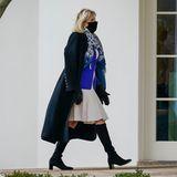 Was für ein eleganter Winterlook: Dr. Jill Biden hält sich im Lagenlook warm. Zu schwarzen kniehohen Stiefeln trägt sie ein cremefarbenes Kleid, darüber einen royalblauen Blazer und ein gemustertes Tuch, das alle Farben wieder aufgreift. Der elegante Wollmantel macht den Style perfekt.